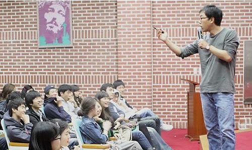 cf030814561 최근 방송 프로그램 중도하차로 논란의 중심이 됐던 방송인 김제동씨가 10월29일 모교인 계명문화대학에서 호텔관광외식학부 특임교수  자격으로 특강했다.