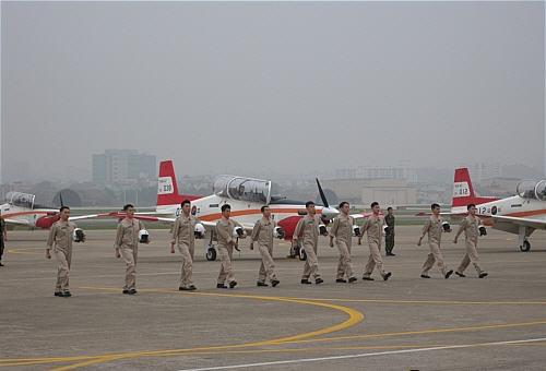 41cc80761ae 전시된 대한민국 공군 주력 전투기 F-15K 사이로 프로펠러가 달린 KT-1 전투기 10대가 활주로로 들어왔다. KT-1 비행기에서는  6.25 당시 조종복을 입은 조종사들이 ...